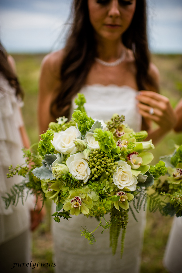 cool-shot-flowers-bride