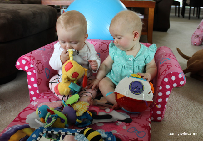 babies-playing-together-best-friends