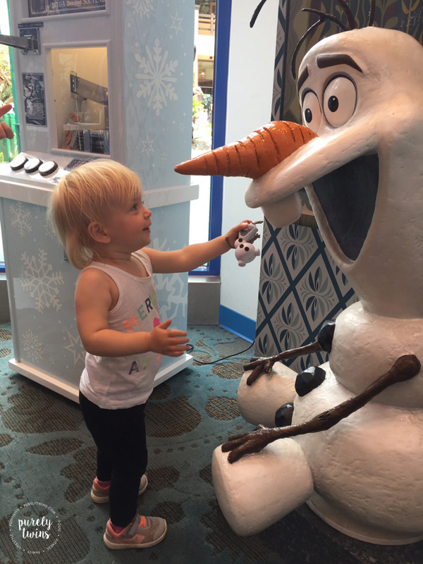 toddler-meeting-olaf-statue-in-disney-store