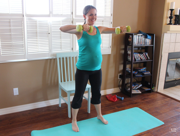 Fit mom working out during pregnancy. Diastasis