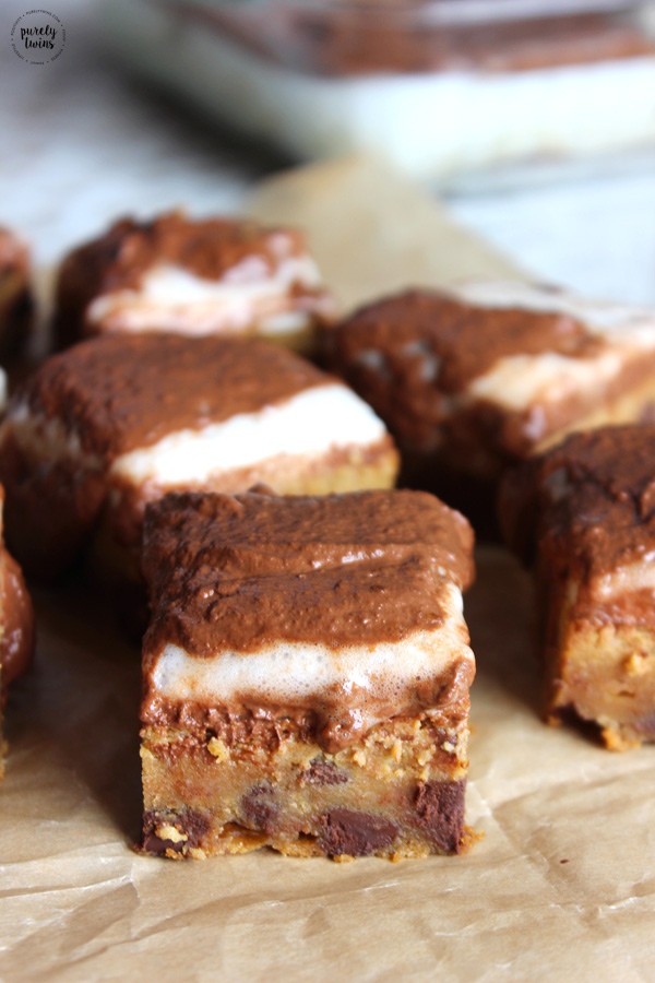 Flourless Pumpkin Marshmallow Peanut Butter Chocolate Chip Blondies – Rich, gooey....these are TO DIE FOR! Packed with pumpkin and peanut butter and topped with a low sugar homemade marshmallows and a warm dreamy dairy-free chocolate pumpkin sauce.These pumpkin bars are absolutely delicious!