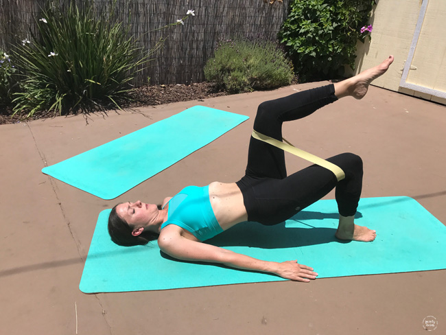 postpartum mom doing core work with resistance band diastasis